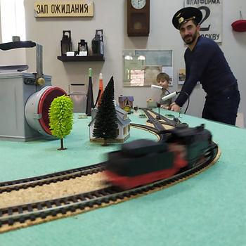 От железной дороги папу не оторвать... ;)
