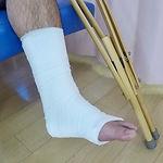 接骨 骨折 捻挫 固定 松葉杖.jpeg