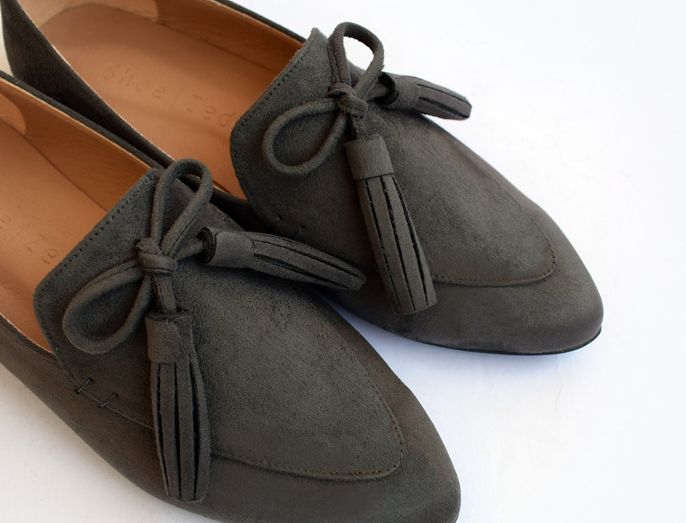 Grey Pointed Bow Tasseled Loafers