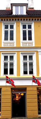 Vinduer skiftet på frontfasade til gammelt Bergenshus i Jonsvollsgaten.
