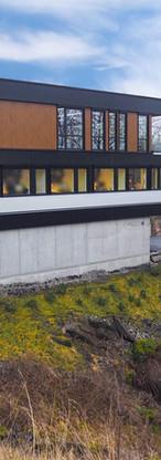 """Vedlikeholdsfrie paneler mellom vinduer i """"golden oak"""" levert til kontorbygg på Paradis."""