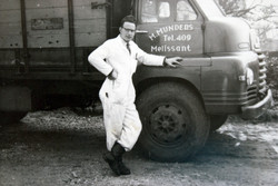J.M. van Brussel bij een vrachtwagen van fa.Mijnders die hij net beletterd heeft