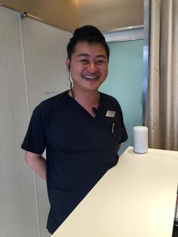 用賀デンタルオフィスの院長 蒔田 知也 先生です。