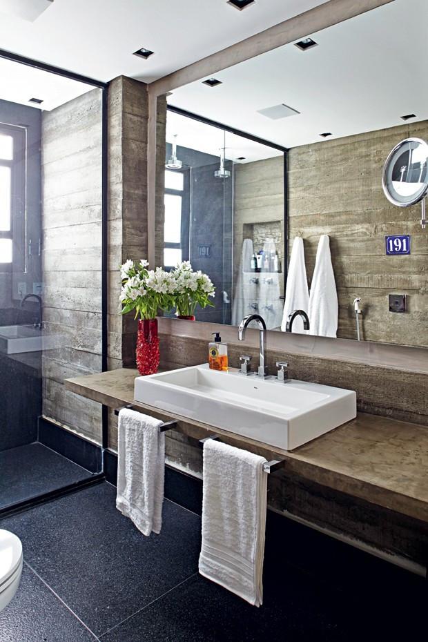 O arquiteto Nelson Kabarite optou pelo uso do granito no piso e nos rodapés do banheiro (Foto: Victor Affaro/Editora Globo