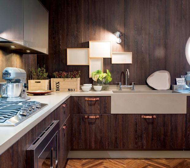 O designer de interiores Fernando Piva usou Corian® em toda a bancada desta cozinha (Foto: Sergio Israel/Divulgação)