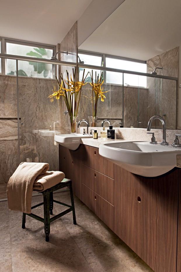 Neste projeto do escritório de arquitetura Arqdonini, o mármore reveste o piso e as paredes do banheiro (Foto: Lufe Gomes/Editora Globo)