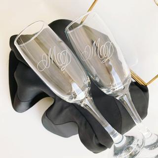 gegvraveerde champagneglazen.JPG