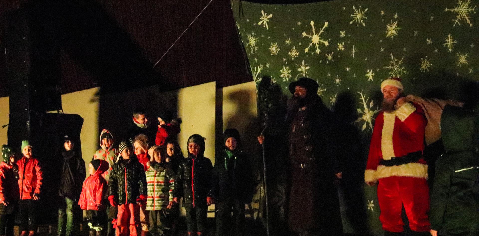 Weihnachtsmann und Bruder Rectus singen mit den Kindern 2