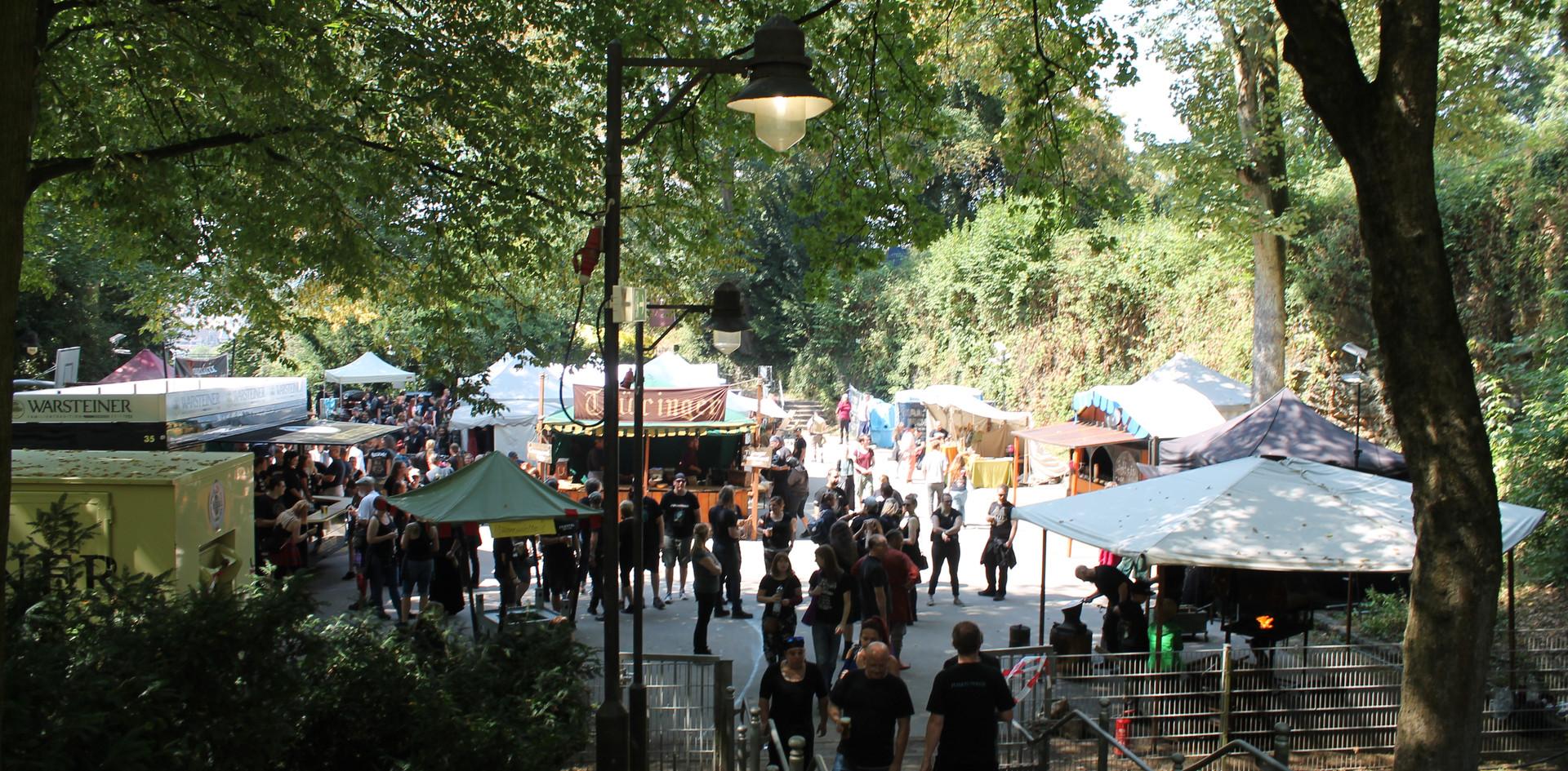 Blick vom Bühnenaufgang auf den Mittelaltermarkt