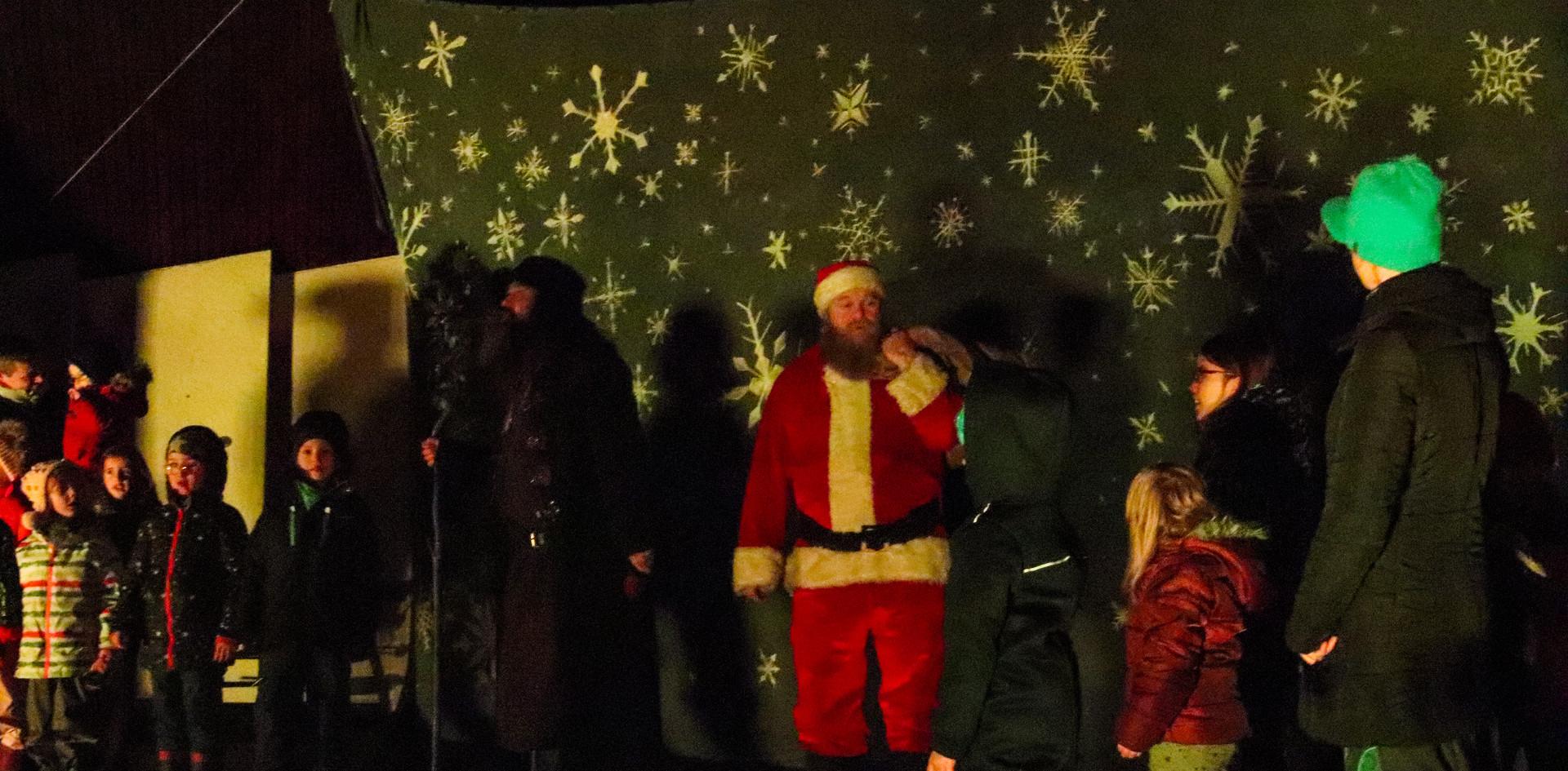 Weihnachtsmann und Bruder Rectus singen mit den Kindern