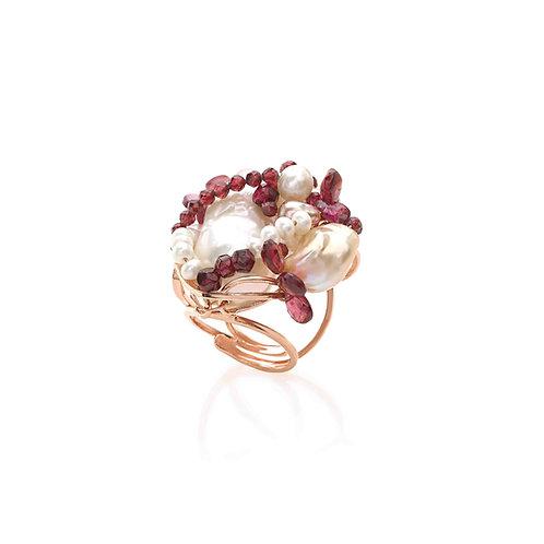 Anello granato e perle coltivate