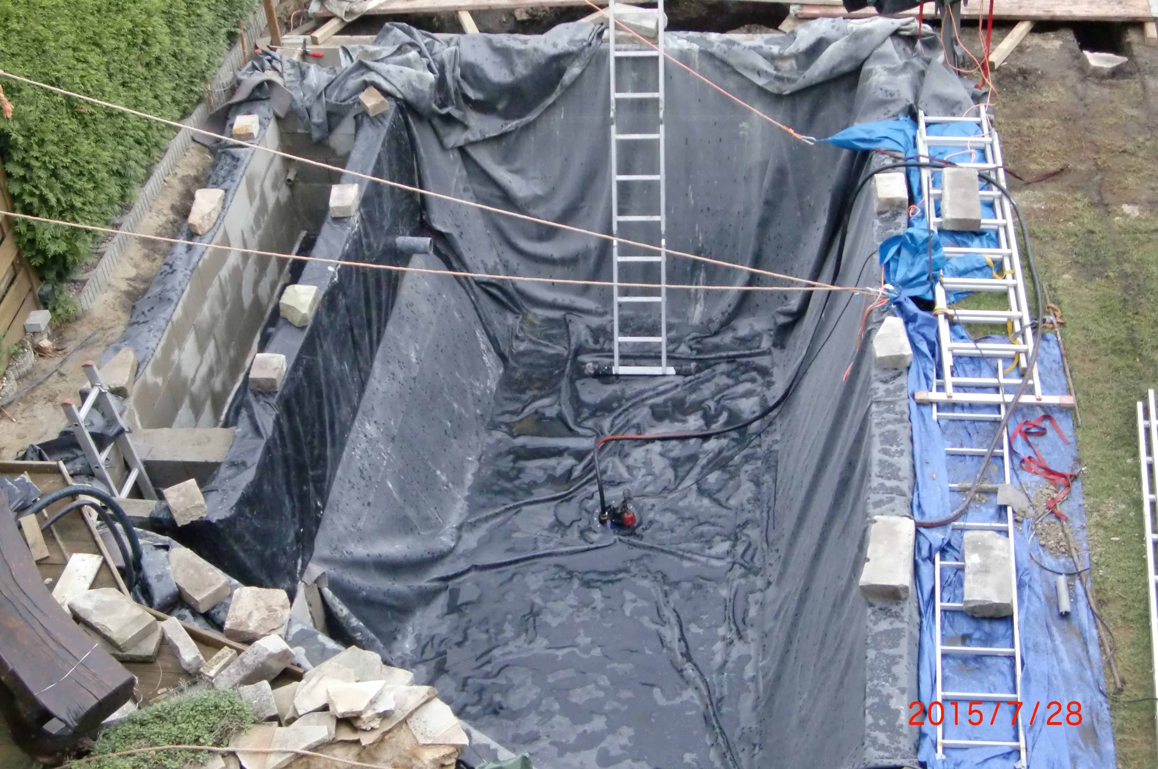 4. Verlegung der Teichfolie (mit Bodenablauf und Skimmeranschluss)