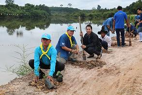 อบต.คำนาดี ร่วมกับชุมชน โรงเรียน ปลูกป่าเพิ่มพื้นที่สีเขียวบริเวณรอบหนองสาธารณะบ่ออาน