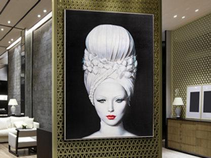 Lienzo impreso de rostro femenino. Marco acabado en negro satinado y plata.