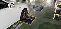 ブレーキテスターにフロントタイヤを載せてブレーキの検査をします。