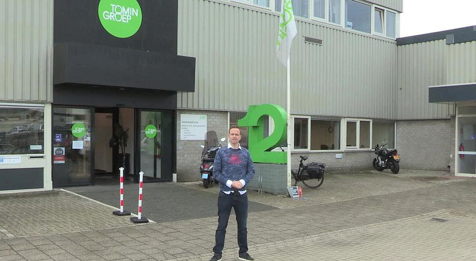 Tineke heeft iets gehoord over de FlexaGym en wil weten of het iets voor haar is. MediGym Nederland nodigt haar uit bij het assemblagebedrijf en daar krijgt ze een demonstratie en rondleiding.