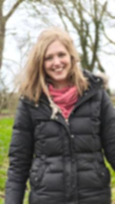 Annika Wicknig lächelt fröhlich nach ThetaHealing Sitzung mit Wachstum