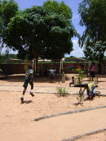Schule Spielplatz01.JPG
