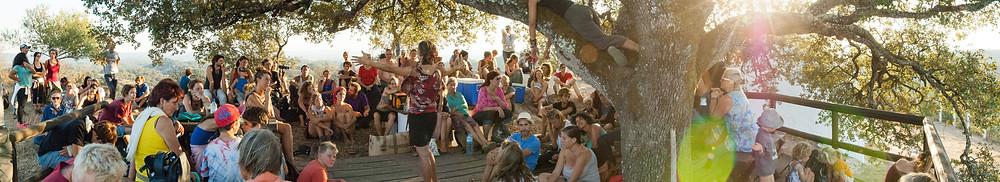 Community gathering at Tamera. Bron: Tamera