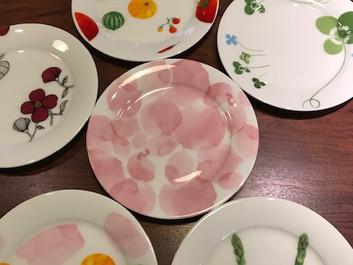 お皿の絵付け体験を、個別入れ替え制とします