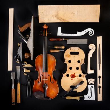 A hegedű és a készítéséhez használt szerszámok