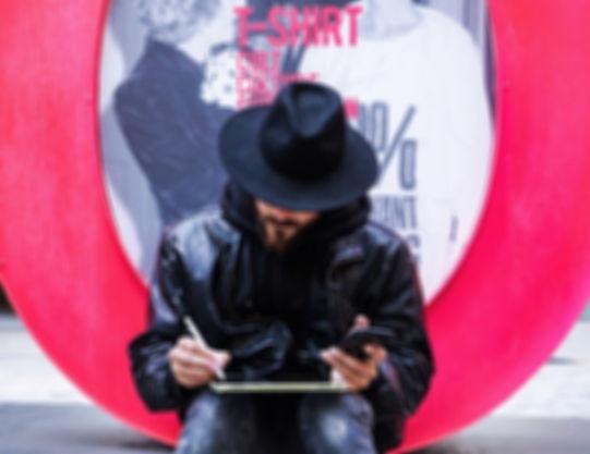 """MARC ALVAREZ """"DASE"""" EL ARTISTA DISEÑADOR GRAFICO Y MURALISTA REPASA UN DISEÑO DURANTE EL RODAJE DE SU PROYECTO EN EL CENTRO COMERCIAL LA ROCA VILLAGE MIENTRAS LA PROCUTORA LIQUEN CREACIÓN AUDIOVISUAL LE FOTOGRAFÍA"""
