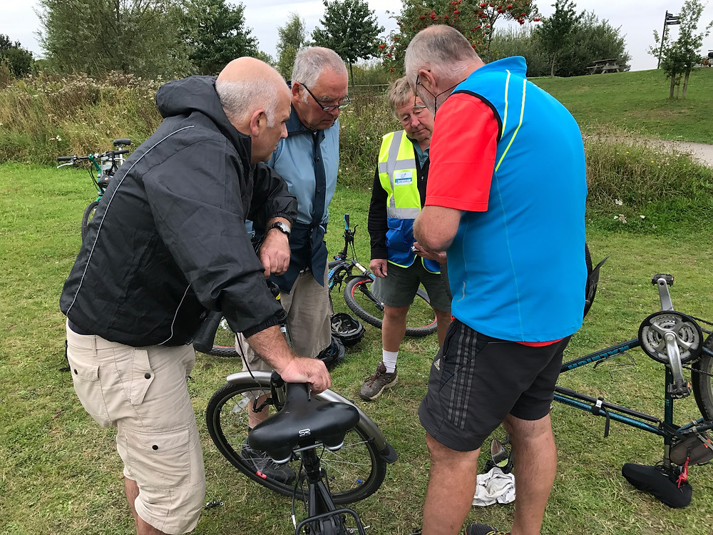 Mick explaining the intricacies of the rear sprocket