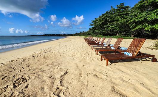 Espreguiçadeiras na Praia do Vila Angatu Eco Resort