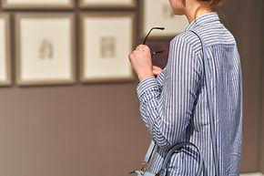 絵画を観る女性