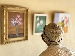 絵画を観る高齢女性