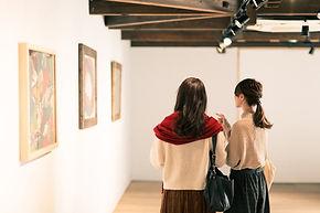 絵画を見ている二人の女性