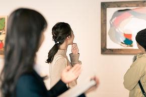 絵画に見とれている女性