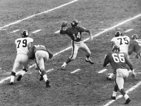 NFL: Y.A. Tittle, 35, Leads N.Y. Giants to Victory