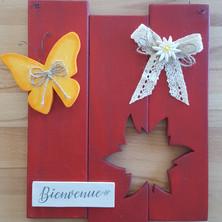 selon le choix de ma cliente : papillon orange sur fond rouge avec edelweiss évidé env 20 x 25 cm