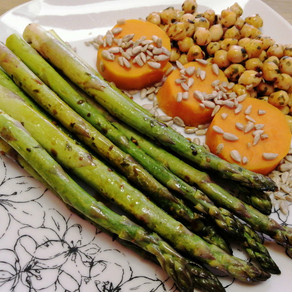 Grüner Spargel mit Süßkartoffeln oder lieber Spargel an Erdbeeren😋 ? #vollwertig pflanzlich#vegan