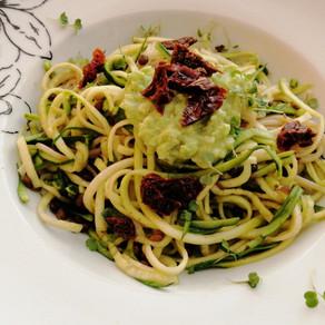 Zucchininudeln mit Avocado-Knoblauch-Pesto -fix köstlich angerichtet 🍝#low carb#pflanzlich#vegan