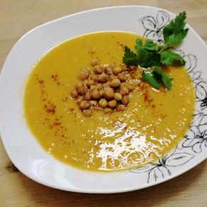 Würzige Süßkartoffel-Karotten-Suppe mit gerösteten Kichererbsen #vegan