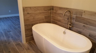 Tub and floor in porcelain plank