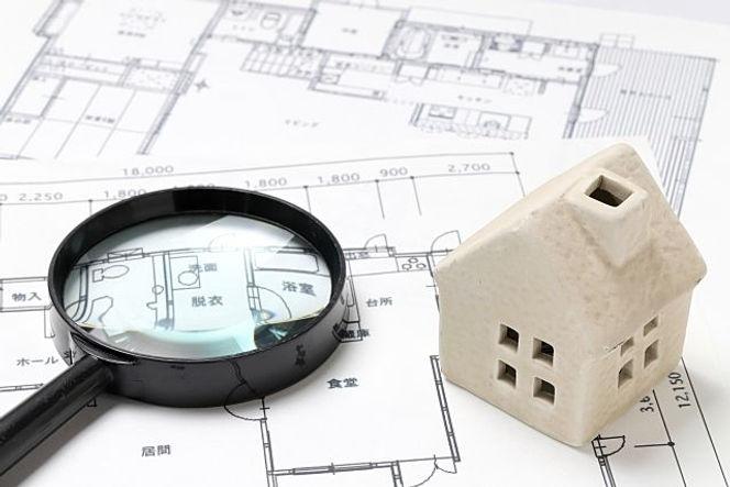 家の平面図と虫眼鏡の画像