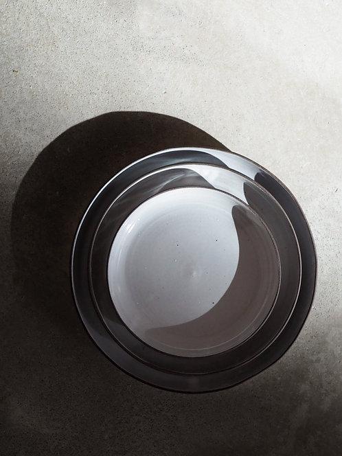 assiettes en grès gris lisse