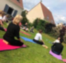Faire du yoga en groupe dans le Val d'Oise