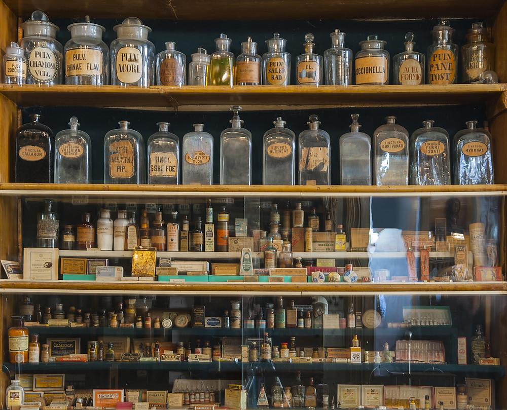 Lautashylly, tupakkahylly, vanha hylly, apteekinpullot, talonpoikaishuonekalut, puuhylly,