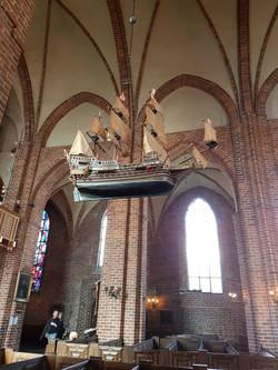 Kirche mit Wikinger Schiff