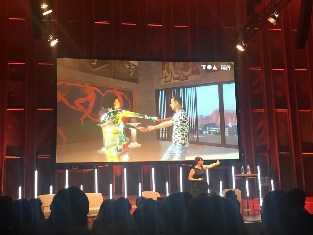 Eine neue Erfahrung: Man kann gleichzeitig im virtuellen Raum und in der Realität miteinander tanzen.
