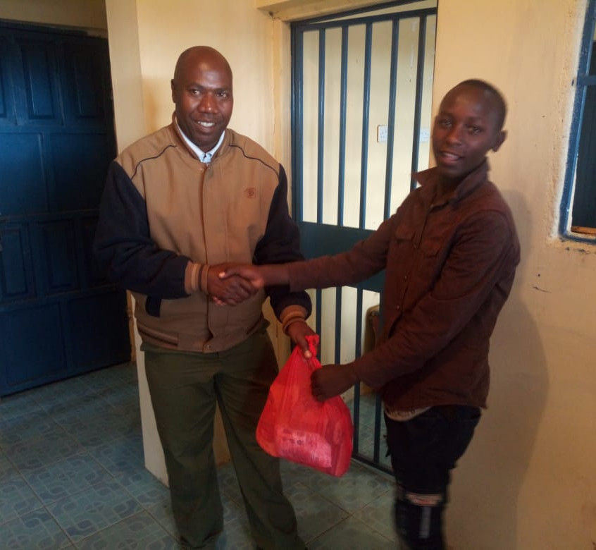 Shalom youth presenting a package to the police chief.