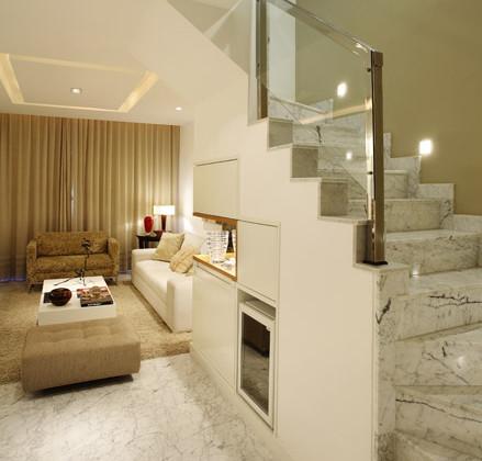 Pavimento e Escada em Branco Carrara