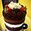Massa de chocolate, recheio de creme de chocolate branco com ganache de chocolate e decoração padrão com brigadeiros, morango