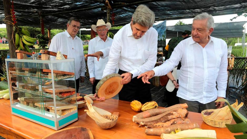 "John Kerry elogia el programa ""Sembrando Vida"" de AMLO"
