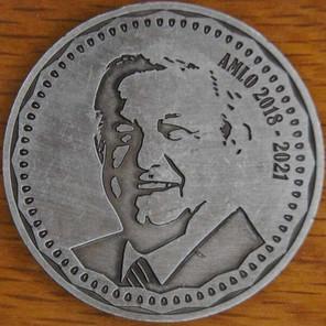 AMLO aparece en monedas conmemorativas