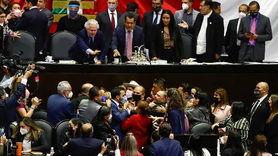 Gritos y empujones en la Cámara de Diputados por miscelánea fiscal